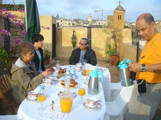 Riad Noujoum Medina: Breakfast on the terrace
