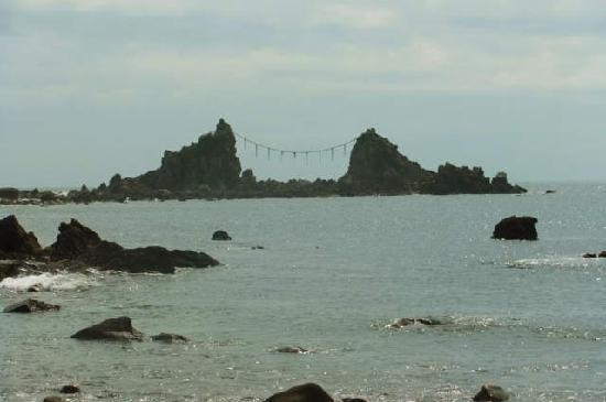 Cape Manazuru: シンボルの三ツ石です
