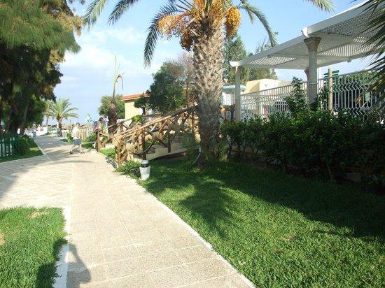 Hotel Abou Sofiane: Walkway to beach bar