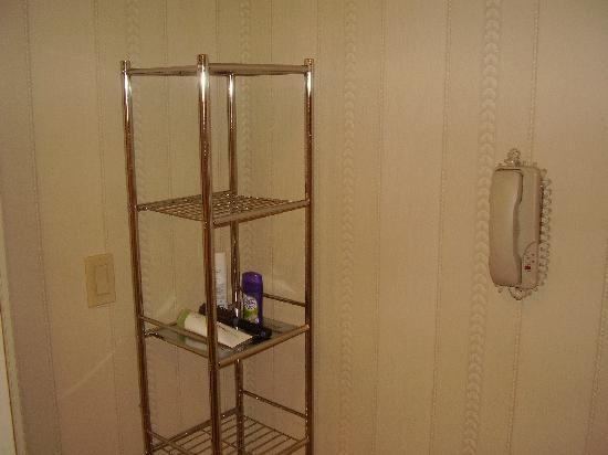 The Inn At Fox Hollow Hotel: Loved the shelves in the bathroom