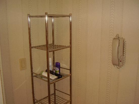 ذا إن آت فوكس هولو هوتل: Loved the shelves in the bathroom