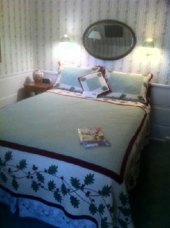 Strawberry Creek Inn: oak room