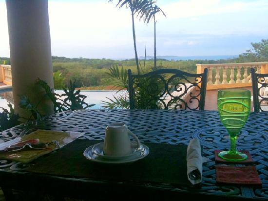 Boca Chica Plantation Club & Resort: Breakfast on the terrace poolside, with a view of the ocean...