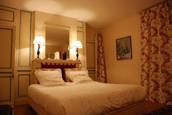 Manoir de Graincourt : our bedroom (suite fleurie)