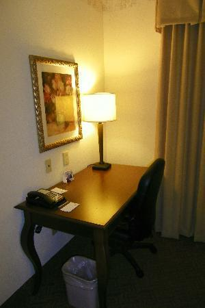 Country Inn & Suites By Carlson, Potomac Mills Woodbridge, VA: Nice desk for computer