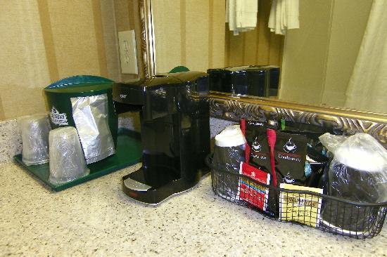 Country Inn & Suites By Carlson, Potomac Mills Woodbridge: Free coffee in room