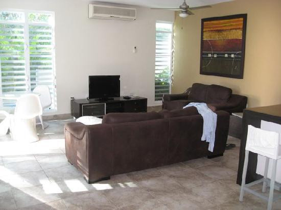 Villa Tropical Oceanfront Apartments on Shacks Beach : main room