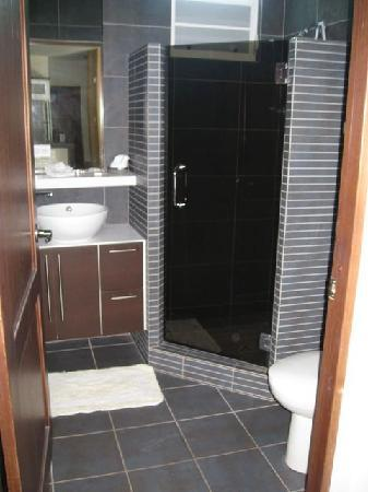 Villa Tropical Oceanfront Apartments on Shacks Beach: one of the two bathrooms