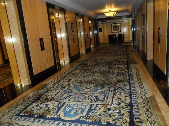 Hotel Mulia Senayan: Corridor/lift loby