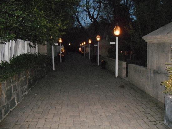 Inn at Montchanin Village: Privy lane at night