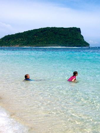 Taufua Beach Fales: Kids enjoying the water