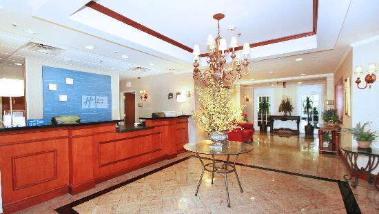 Holiday Inn Express Walterboro: Front Lobby