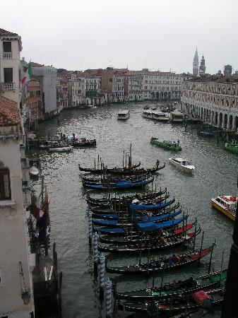 Ca' Sagredo Hotel: View from the room to the grand canal
