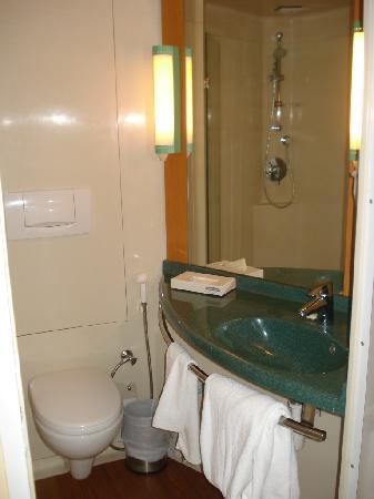 Ibis Mumbai Airport: Pod-like bathroom