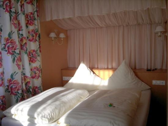 Hotel Schloss Schweinsburg: Himmelbett Zimmer 301