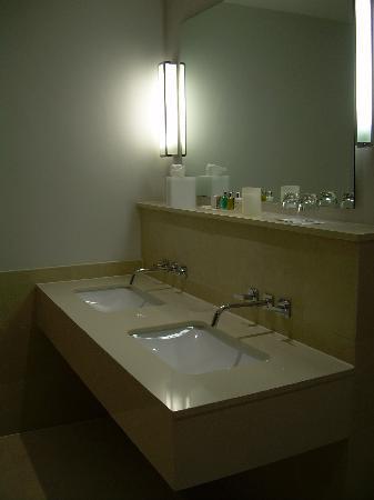 Rudding Park Hotel: Sinks in main bathroom