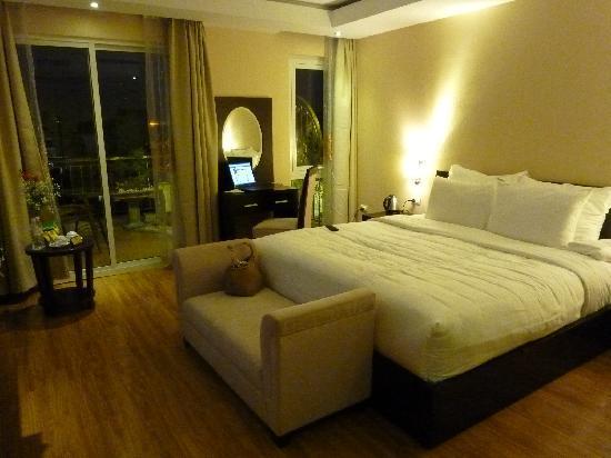 Rising Dragon Palace Hotel: Elegant, spacious  room
