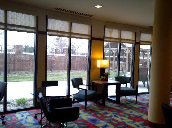 Courtyard by Marriott Sioux Falls: It wasn't the weather to enjoy the courtyard yet but I assume it would be rather pleasant to use