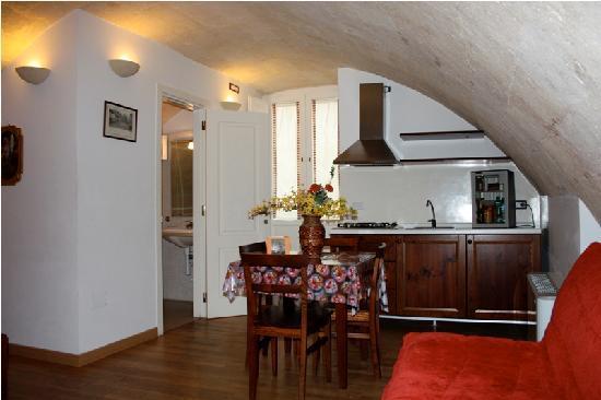 camera caratteristica color noce con volta parquet e cucina ...