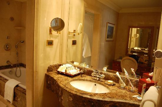 Le Vendome Beirut: Bath room, note the dressing table