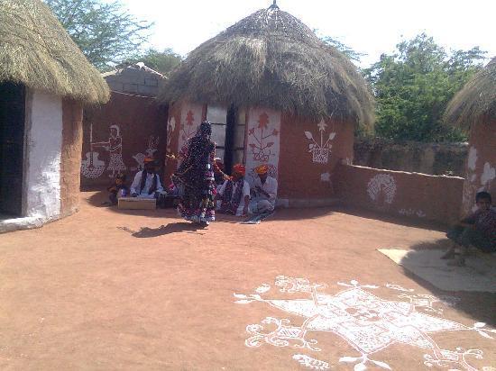 Chhotaram Prajapat's Homestay: Kalbeliya dance in cortyard
