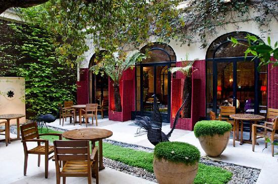 Hôtel Lancaster Paris Champs-Élysées: Weather permitting, the great courtyard.