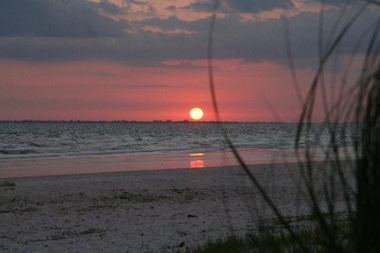 Cornerstone Beach Resort: Beautiful sunsets