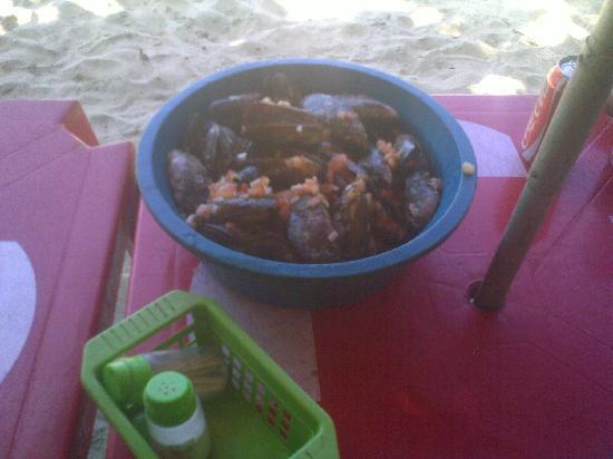 Petiscario do Eustaquio: Die Schüssel ist zwar nur aus Plastik und Teller und Besteck gibt es nicht, aber die Muscheln si
