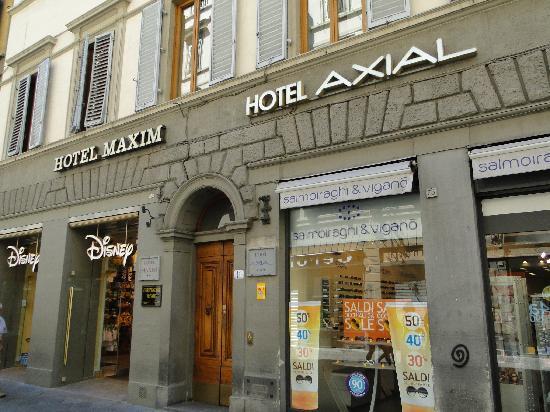 Hotel Axial: Fachada e porta de entrada do hotel