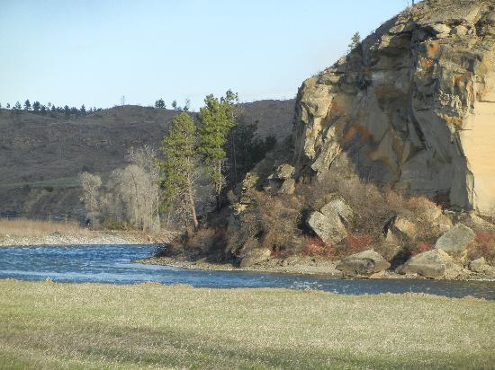 Yellowstone River Lodge: Steps away from the cabin
