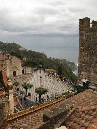 Vello D'Oro Hotel: Bild von unserer Terrasse hinunter auf die Piazza