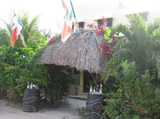 Hotel Maya Luna: Entrance from Road