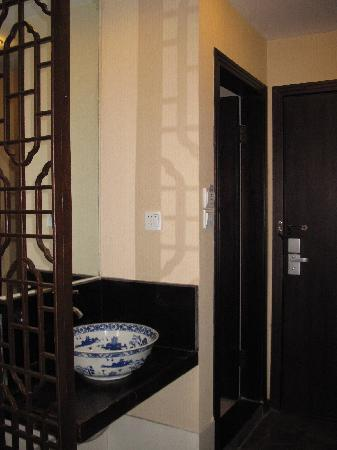 Huangshan Old Street Building Boutique Hotel: Pretty wash basin located outside the ensuite bathroom