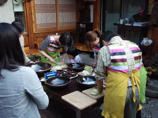Hanok Guesthouse Eugene's House: Everyone was encouraged to join in making kimchi