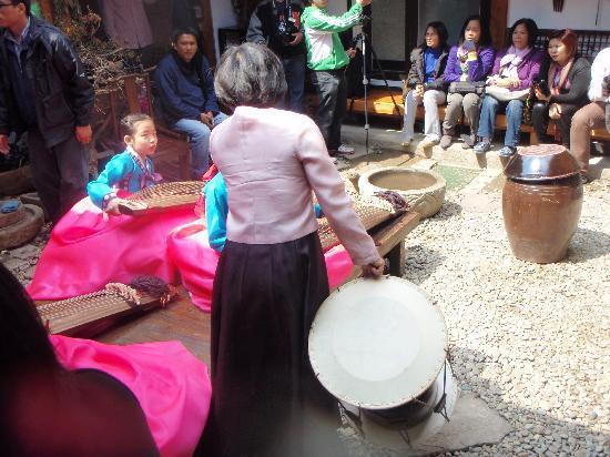 Hanok Guesthouse Eugene's House: Preparing for traditional Korean music