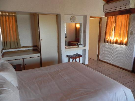 Augrabies Rest Camp: Bedroom and view to bathroom