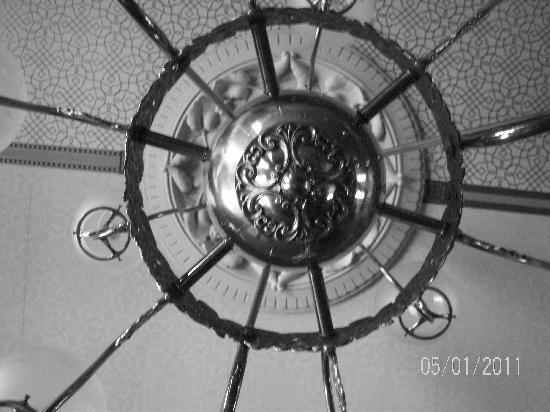 Inn at Pine Terrace: chandelier