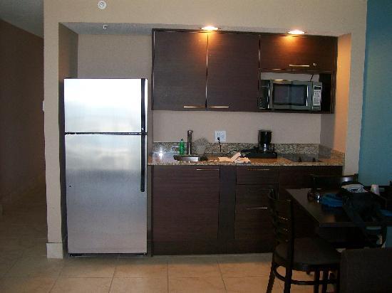 هوليداي إن رزورت دايتونا بيتش أوشن فرونت: Dining area and appliances.