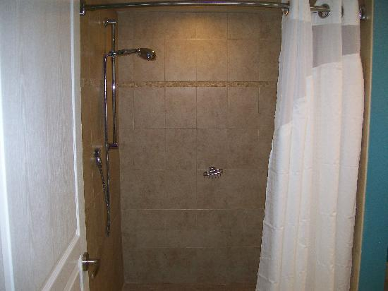 Holiday Inn Resort Daytona Beach Oceanfront: Shower stahl complete ceramic tile.
