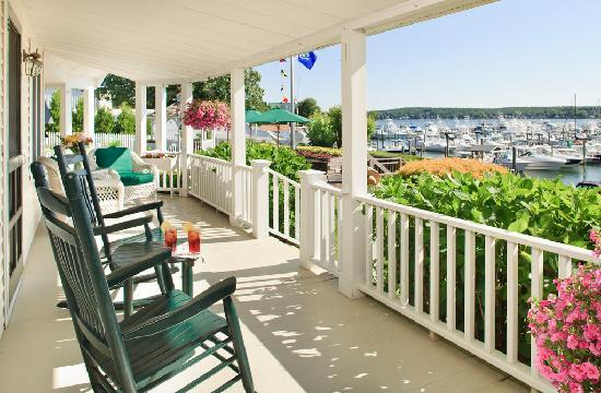 Inn at Harbor Hill Marina: Relax on the porch viewing the activity at our marina.