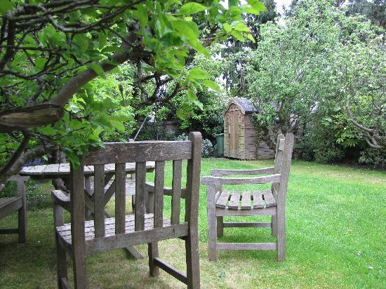 Tinode House: Peaceful garden