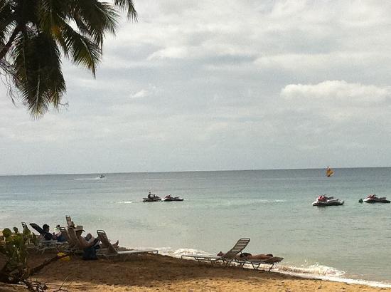 Rincon of the Seas Grand Caribbean Hotel: Beach behind the pool area