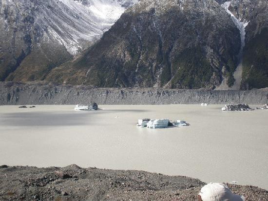Aoraki Mount Cook Alpine Lodge: THE LAKE WITH ICEBURGS