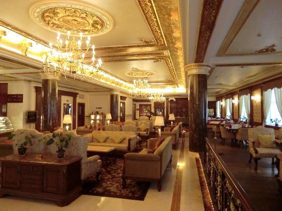 Royal Ascot Hotel: Die prunkvoll gestaltete Eingangshalle