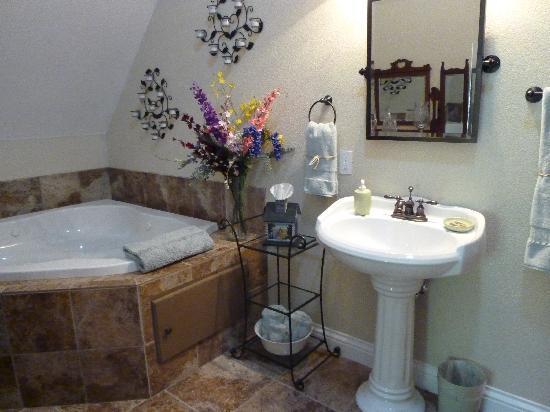 Blackberry Inn at Yosemite: Bathroom (also spacious!)