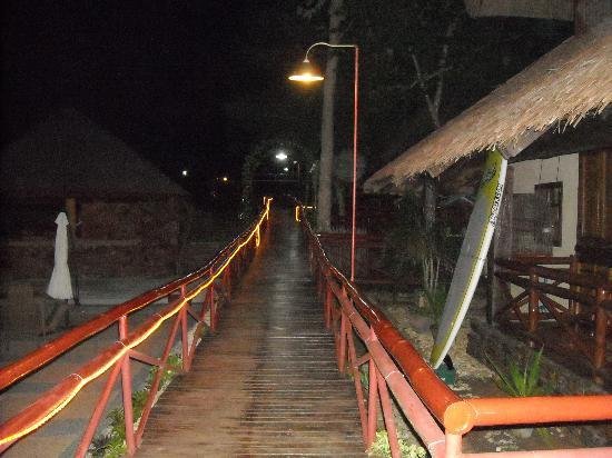 Sipalay, Filippine: pathway to restaurant