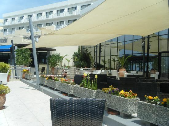 Chlorakas, Cyprus: Outside seating area next to lounge and evening restaurant