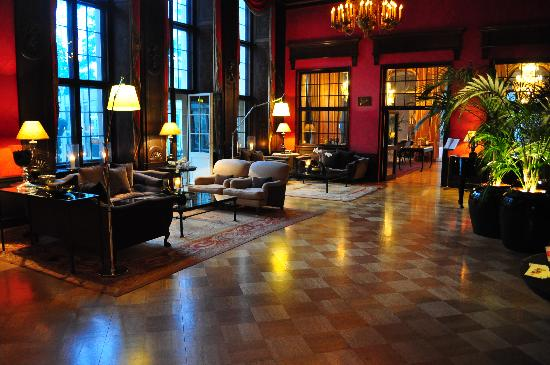 Schlosshotel Im Grunewald: gorgeous lobby that you can really spend time in