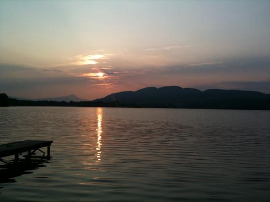 Lochend Chalets : sunset over the Lake of Menteith