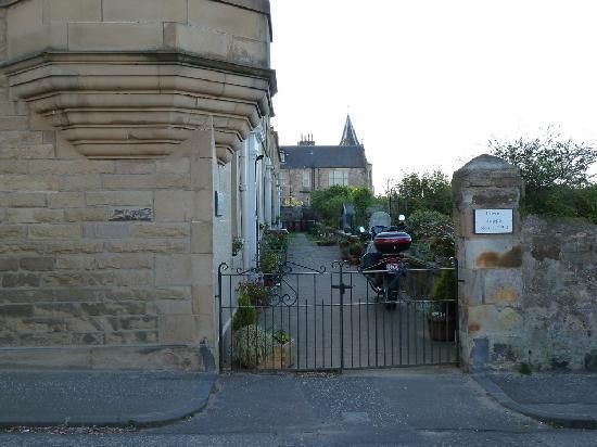 Joppa Turrets Guest House: Entrée de la ruelle
